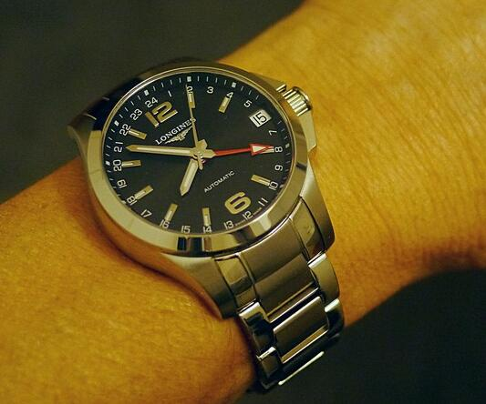 The central red hand is set to show the practical GMT function.